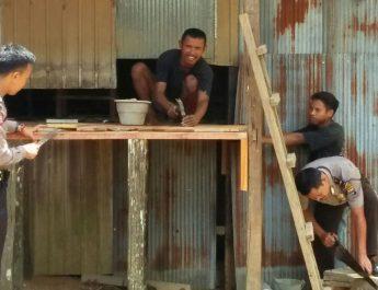 Polisi Kuranji Sigap Bantu Warga Yang Sedang Memperbaiki Rumah