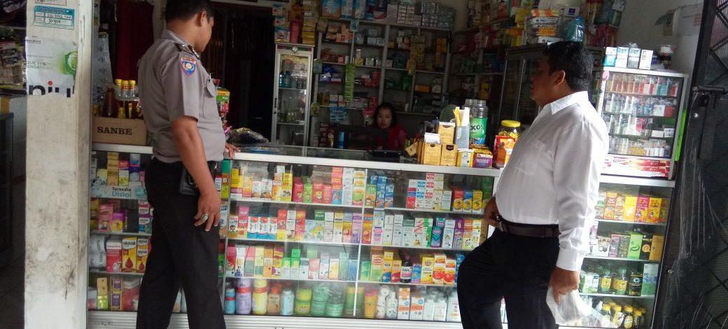 Patroli dan Pengecekan Kosmetik Yang Mengandung Bahan Merkuri Di Toko Oleh Polsek Karang Bintang
